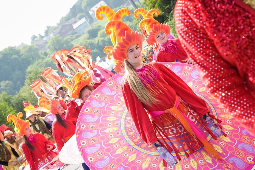Sea of colour as crowds throng Larne for sizzling Summer Arts Festival image